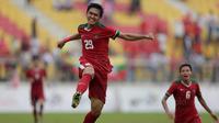 Septian David maulanamencetak satu gol Indah ke gawang Myanmar pada Laga Sea Games 2017 di Stadion MPS, Selangor, Selasa (29/8/2017). Indonesia menang 3-1 atas Myanmar. (Bola.com/Vitalis Yogi Trisna)