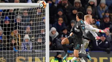 Gelandang Chelsea, Pedro berusaha menyundul bola dari hadangan kiper Leicester City, Kasper Schmeichel saat bertanding pada perempatfinal Piala FA di stadion King Power, Inggris (18/3). Chelsea menang 2-1 atas Leicester. (AP Photo / Frank Augstein)