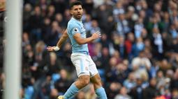 Penyerang Manchester City asal Argentina, Sergio Aguero berda pada urutan kedua deretan top scorer klub dengan koleksi 12 gol. Gol tersebut dicetak pada semua kompetisi yang diikuti The Citizens. (AFP/Paul Ellis)