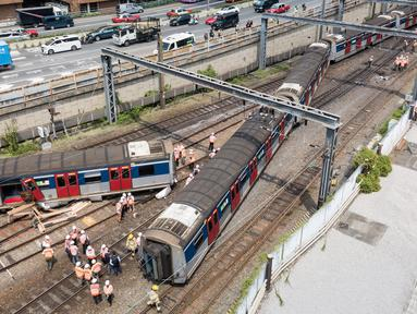 Gambar udara memperlihatkan regu penyelamat menyelidiki lokasi tergelincirnya kereta metro atau Mass Transit Railway (MTR) di Stasiun Hung Hom, Hong Kong, Selasa (17/9/2019). (Anthony WALLACE/AFP)