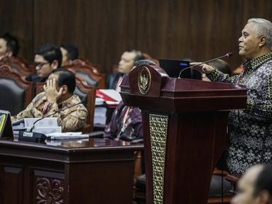 Pakar IT Profesor Marsudi Wahyu Kisworo memberi keterangan dalam sidang sengketa Pilpres 2019 Gedung MK, Jakarta, Kamis (20/6/2019). Saksi ahli yang dihadirkan oleh KPU tersebut merupakan profesor teknologi informasi pertama di Indonesia. (Liputan6.com/Faizal Fanani)