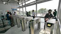 """Penumpang tap tiket saat """"Uji Coba Pelayanan Pengguna Jasa KRL"""" di Lantai Dua Stasiun Cakung, Jakarta, Selasa (9/10). BTPWJB Kemenhub telah merampungkan modernisasi Stasiun Cakung. (Liputan6.com/Herman Zakharia)"""