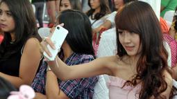 Foto selfie pun tak lupa mereka lakukan sembari menunggu proses audisi Miss Celebrity 2014 di Cihampelas Walk, Bandung, (27/9/14). (Liputan6.com/Panji Diksana)