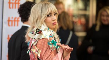 """Penyanyi Lady Gaga menyapa penggemarnya saat tiba dalam pemutaran perdanya Gaga: Five Foot Two"""" di Toronto International Film Festival di Toronto (8/9). (AFP Photo/Geoff Robins)"""