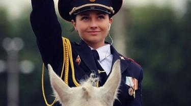 Lupakan Anna Knyazeva, karena kini kecantikan polwan Rusia yang satu ini tengah viral, namanya Tatiana Zima. (Foto: Instagram)