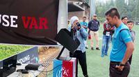 Meski hanya bertajuk kompetisi sepak bola amatir, namun Bandung Super League membuat gebrakan dengan menggunakan teknologi VAR. (Instagram/@bandungsuperleague)