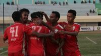 Para pemain Persis Solo merayakan gol yang dicetak Muhammad Isa ke gawang Persatu Tuban dalam lanjutan Liga 2 2019 Grup Timur di Stadion Bumi Wali, Tuban, Rabu (24/7/2019). (Bola.com/Vincentius Atmaja)