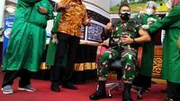 Orang pertama yang divaksin di Sumbar Danrem 032 Wirabraja Brigjen TNI Arief Gadjah Mada. (Liputan6.com/ Novia Harlina)