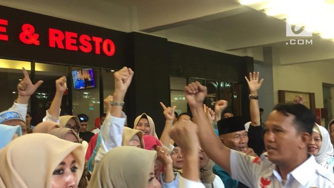 Massa relawan Prabowo-Sandiaga terdiri barisan emak-emak mulai menggeruduk Hotel Bidakara. (Liputan6.com/Radityo Priyasmoro)