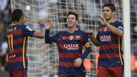Trio Barcelona, Lionel Messi, Neymar dan Luis Suarez merayakan gol yang dicetak pada laga La Liga Spanyol melawan Granada. Trisula MSN kembali menunjukan tajinya. (AFP/Lluis Gene)