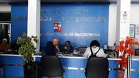 Pelayanan di Kantor Disdukcapil Kota Bogor, Jawa Barat terganggu imbas pemadaman listrik. (Achmad Sudarno/Liputan6.com)