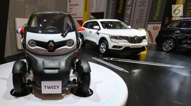 Mobil listrik Renault Twizy dipamerkan dalam GAIKINDO Indonesia International Auto Show (GIIAS) 2019 di ICE BSD, Tangerang, Jumat (19/7/2019). Mobil dengan panjang 2.338 mm dan lebar 1.381 mm ini menggunakan baterai lithium-ion 6,1 kWh yang mampu dikendarai sejauh 100 km. (Liputan6.com/Fery Pradolo)