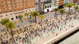 Para pengunjuk rasa berbaris di sepanjang Embarcadero San Francisco (31/5/2020). Demonstrasi yang meluas telah meluas di seluruh Wilayah menyusul kematian George Floyd setelah dijepit di leher oleh seorang petugas kepolisian Minneapolis. (AP Photo/Nuh Berger)