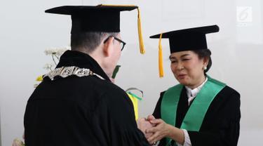Prof. DR. dr. Ratna Sitompul Sp.M(K) menerima ucapan selamat dari koleganya usai dikukuhkan sebagai Guru Besar Tetap Fakultas Kedokteran Universitas Indonesia di Aula IMERI Fakultas Kedokteran UI, Jakarta, Sabtu (12/1). (Liputan6.com/Helmi Fithriansyah)