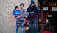 Lionel Messi dan Luis Suarez menjemput anaknya masing-masing di sekolah internasional di Gava, Kamis (25/2/2016). (dok. Sport)