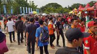 The Jakmania mendukung Persija di fase 8 besar Piala Presiden 2018 melawan Mitra Kukar di Stadion Manahan, Solo (4/2/2018). (Bola.com/Zulfirdaus Harahap)