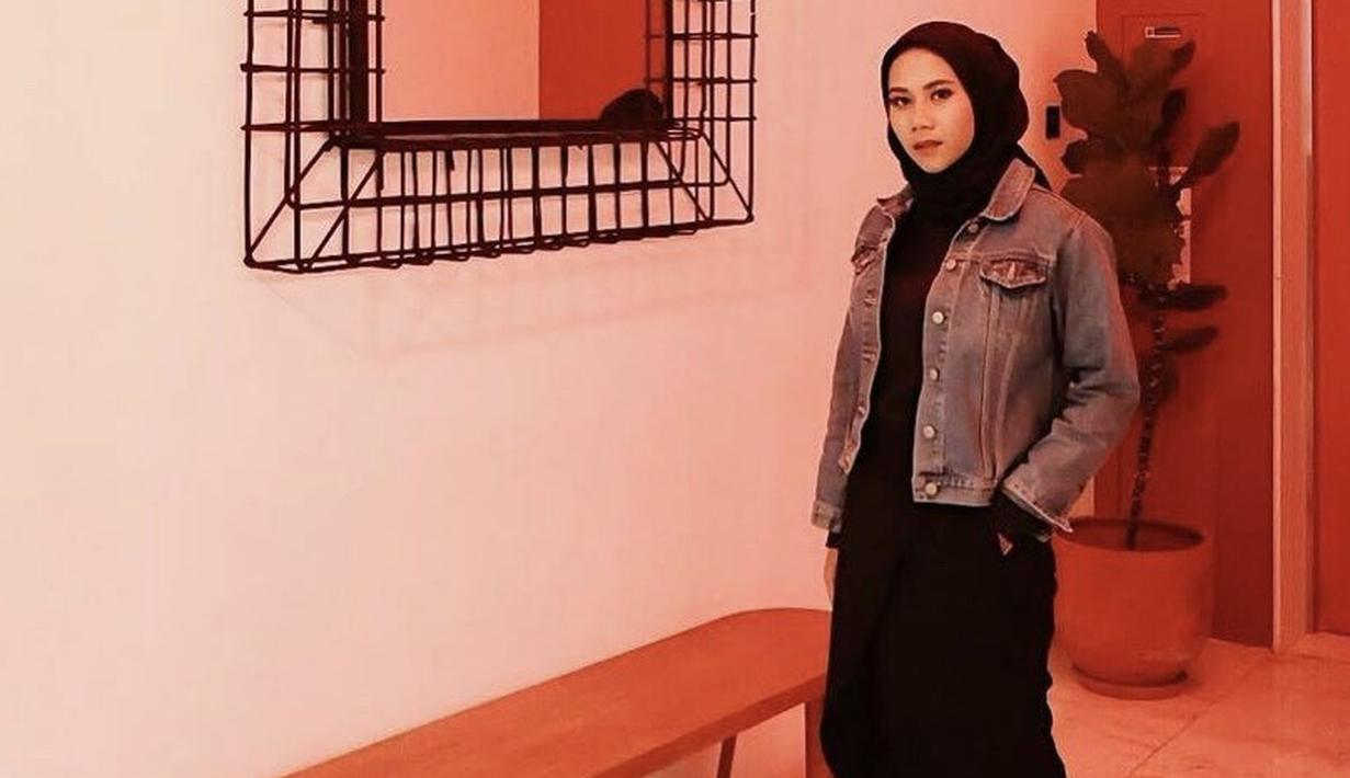 Ajeng tampil casual mengenakan jaket denim yang dipadukan dengan inner hitam yang serasi dengan hijabnya. Sneakers pun melengkapi penampilannya. (Dok. Instagram @ajeng.dinanti)