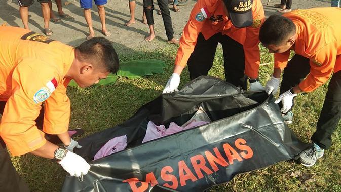 Evakuasi jenazah bayi yang turut menjadi korban ibunya yang bunuh diri dengan terjun di jembatan Sungai Serayu, Cilacap. (Foto: Liputan6.com/Basarnas POS SAR Cilacap/Muhamad Ridlo)