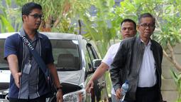 Kepala KPP Pratama Ambon La Masikamba (kanan) saat tiba di Gedung KPK, Jakarta, Kamis (4/10). La Masikamba bersama empat orang lainnya terjaring operasi tangkap tangan (OTT) oleh Satgas KPK di Ambon. (Merdeka.com/Dwi Narwoko)