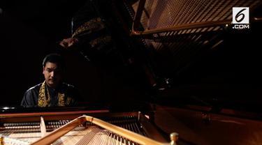 Ade Irawan memiliki bakat bermain piano. Luar biasa karena Ade tidak memiliki penglihatan sejak dilahir dan belajar piano tanpa guru.