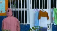 Petugas medis di Lapas Perempuan Pekanbaru mengecek warga binaan yang terkonfirmasi Covid-19. (Liputan6.com/M Syukur)