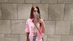 Percaya diri yang tinggi karena memiliki penampilan yang menawan membuat Mikha Tambayong tak sungkan untuk mirror selfie. Tubuhnya yang ideal juga membuat Mikha terlihat sangat memesona. Tidak heran banyak netizen memuji kecantikan Mikha Tambayong. (Liputan6.com/IG/@miktambayong)