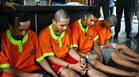 Pelaku kejahatan jalanan, salah satunya jambret yang seret korbannya di aspal dihadirkan di lobi Poresta Pekanbaru. (Liputan6.com/M Syukur)