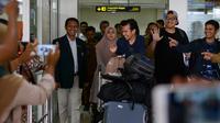Sejumlah mahasiswa yang dipulangkan dari karantina virus corona atau COVID-19 di Natuna tiba di Bandara Internasional Sultan Iskandar Muda, Blang Bintang, Aceh, Senin (17/2/2020). Empat mahasiswa Aceh tersebut dinyatakan terbebas dari virus corona. (CHAIDEER MAHYUDDIN/AFP)