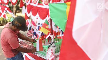 Penjual bendera musiman merapikan dagangannya di pinggir trotoar kawasan Pasar Minggu, Jakarta, Kamis (2/8). Menjelang perayaan HUT RI ke-73, sejumlah penjual bendera dan umbul-umbul mulai bermunculan di berbagai sudut Kota. (Liputan6.com/Herman Zakharia)