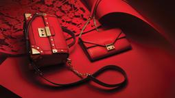 Tas Michael Kors bernuansa merah, pas dengan nuansa Imlek yang identik dengan warna merah. (Liputan6.com/Pool/Michael Kors)