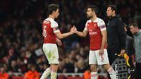 Koscielny saat digantikan Sokratis Papastathopoulus pada leg 2, babak 16 besar Liga Europa yang berlangsung di stadion Emirates, London, Jumat (22/2). Arsenal menang 3-0 atas Bate Borisov. (AFP/Glyn Kirk)