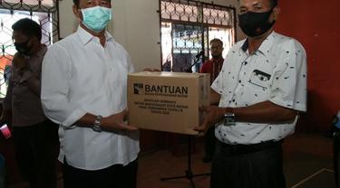Kepala BP Batam, Muhammad Rudi, menyerahkan bantuan sembako kepada masyarakat Batam terdampak Covid-19 di wilayah Kecamatan Bulang. (Dok BP Batam)