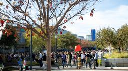 Karyawan Google melakukan aksi protes terkait pelecehan seksual yang terjadi di perusahaannya di Kantor Pusat Mountain View, California, AS,  Kamis (1/11). Karyawan Google serentak melakukan aksi walk out dari kantor untuk berdemo. (AP Photo/Noah Berger)