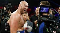 Petinju Inggris Tyson Fury berselebrasi usai mengalahkan petinju petinju Jerman Tom Schwarz dalam pertarungan tinju kelas berat di MGM Grand Arena, Las Vegas, AS (16/6/2019). Kemenangan ini bisa membawa Tyson Fury untuk duel melawan Deontay Wilder lagi. (AP Photo/John Locher)