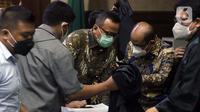 Terdakwa suap izin ekspor benih lobster tahun 2020, Edhy Prabowo (kiri) usai sidang pembacaan tuntutan di Pengadilan Tipikor Jakarta, Selasa (29/6/2021). Mantan Menteri Kelautan dan Perikanan, Edhy Prabowo dituntut lima tahun penjara dan denda Rp 400 juta. (Liputan6.com/Helmi Fithriansyah)