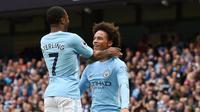 Dua pemain Manchester City Raheem Sterling dan Leroy Sane merayakan gol ke gawang Crystal Palace pada laga Premier League di Stadion Etihad, Manchester, Sabtu (23/9/2017). (AFP/Oli Scarff)