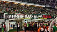 Bonek minta maaf atas kejadian di Blitar melalui spanduk yang dipajang di Stadion Gelora Bung Tomo, Surabaya, saat menjamu Persik (20/2/2020), (Bola.com/Aditya Wany)