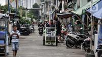 Pedagang air keliling saat melintas di permukiman padat penduduk di Jakarta, Minggu (18/10/2020). Institute for Development of Economics and Finance (Indef) memproyeksikan jumlah penduduk miskin naik 1,63 juta jiwa atau 0,56 persen selama masa pandemi Covid-19. (merdeka.com/Iqbal S. Nugroho)