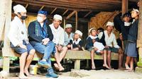 Menteri Kesehatan RI Budi Gunadi Sadikin berbincang hangat dengan warga Baduy saat meninjau vaksinasi di Kawasan Adat Baduy, Desa Kanekes, Kabupaten Lebak pada Kamis (14/10/2021). (Dok Kementerian Kesehatan RI/JS, RVN, Baim)