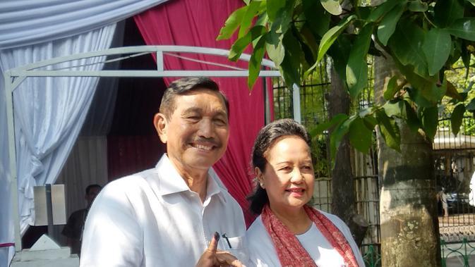 Luhut Binsar Pandjaitan dan istri usai pencoblosan di TPS 005, Kuningan. Dok: Maulandy Rizky Bayu Kencana/Liputan6.com