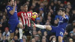 Penyerang Chelsea, Alvaro Morata, mengontrol bola saat melawan Southampton pada laga Premier League di Stadion Stamford Bridge, Kamis (3/1). Kedua tim bermain imbang 0-0. (AP/Frank Augstein)