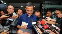 Dahlan Iskan memberikan keterangan pers usai menjalani pemeriksaan di Kejaksaan Agung, Jakarta, Rabu (17/6/2015). Dahlan diperiksa sebagai saksi kasus dugaan korupsi pengadaan 16 mobil listrik di 3 perusahaan milik BUMN. (Liputan6.com/Yoppy Renato)