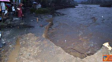 Citizen6, Jember: Abrasi sungai Mandilis, desa Sanenrejo, Kecamatan Tempurejo, Jember. Senin (11/4). (Pengirim: Sapto Raharjanto)