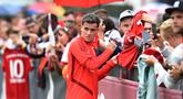 Pemain Bayern Munchen, Philippe Coutinho, menyapa suporter saat latihan perdananya di Munchen, Selasa (20/8). Bintang Brasil ini didatangkan dari Barcelona. (AFP/Christof Stache)