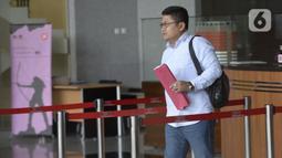 Kepala Sekretariat DPP PDIP, Yoseph Aryo Adhi Darmo berjalan usai menjalani pemeriksaan penyidik di Gedung KPK, Jakarta, Kamis (13/2/2020). Yoseph Aryo Adhi Darmo diperiksa sebagai saksi untuk tersangka mantan Komisioner KPU, Wahyu Setiawan. (merdeka.com/Dwi Narwoko)