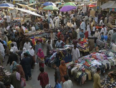 FOTO: Jelang Idul Fitri, Warga Pakistan Ramaikan Pasar
