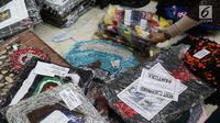 Pengunjung melihat-lihat hasil kerajinan tangan pada Pameran Produk Unggulan Narapidana di Plasa Pameran Industri Kemenperin, Jakarta, Selasa (26/3). Pameran ini dibuka oleh Wapres RI, Jusuf Kalla bersama Menkumham, Yasonna Laoly dan Menperin, Airlangga Hartarto. (Liputan6.com/Helmi Fithriansyah)