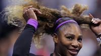 Petenis Amerika Serikat, Serena Williams merapikan rambutnya setelah mengalahkan petenis China, Wang Qiang pada perempat final AS Terbuka 2019 di USTA Billie Jean King National Tennis Center, Selasa (3/9/2019). Serena Williams melaju ke babak semi final setelah menang 6-1 dan 6-0. (AP/Charles Krupa)