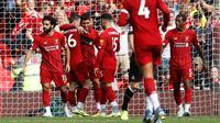 Penyerang Liverpool Mohamed Salah (kiri) bersama rekan-rekannya merayakan gol mereka ke gawang Newcastle United pada laga Liga Inggris di Anfield, Liverpool, Inggris, Sabtu (14/9/2019). Mohamed Salah dan Sadio Mane membawa Liverpool menghajar Newcastle 3-1. (AP Photo/Rui Vieira)
