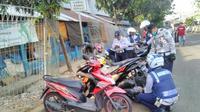 Razia parkir liar, petugas gemboskan ban motor yang parkir sembarangan di Jakarta Selatan